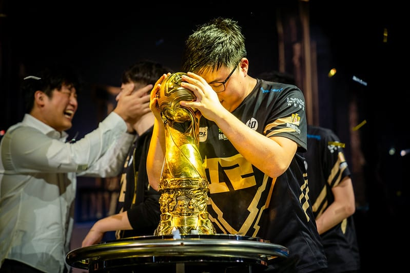 Uzi placing his hands on the MSI 2018 Trophy