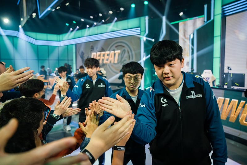 Damwon Gaming 2018 roster clapping fans