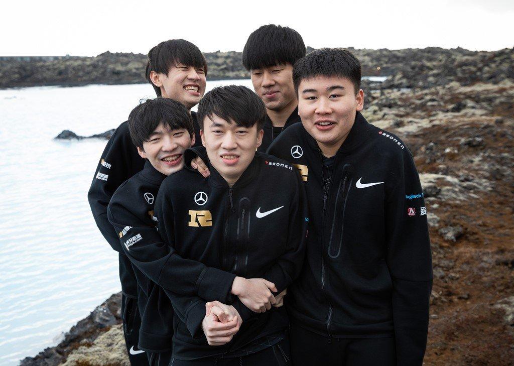 Royal Never Give Up Hudled Together under the cold | Riot Games 2021
